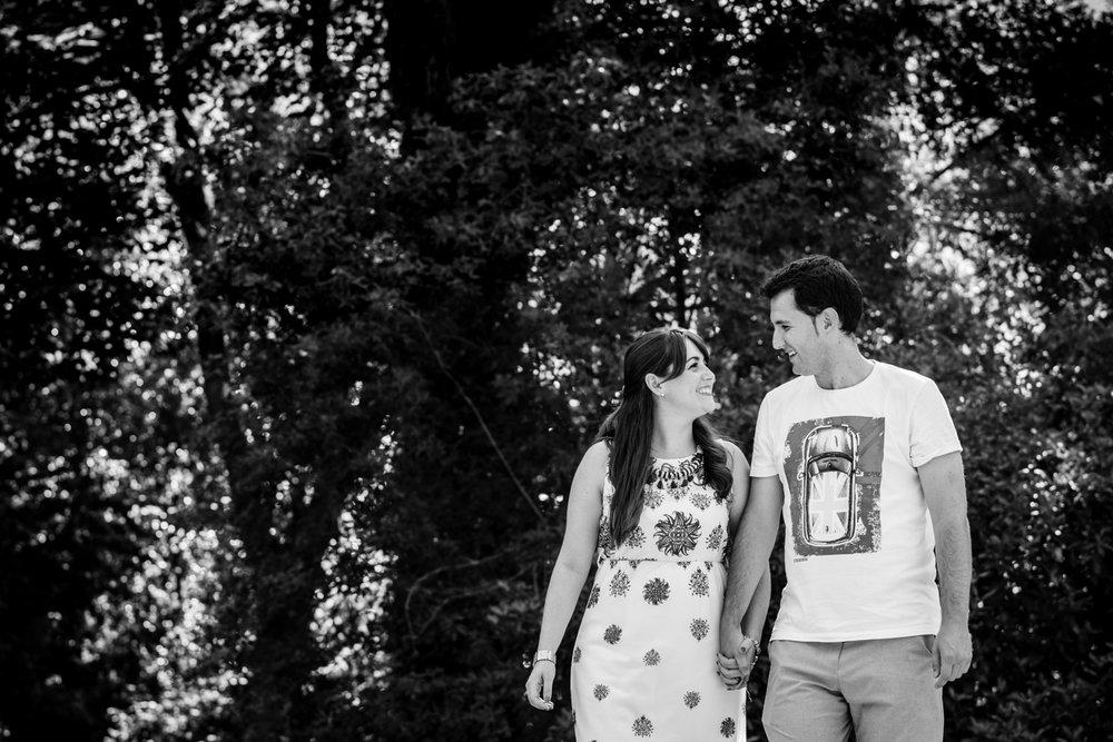 mano_en_la_mano-pareja-feliz-blanco_y_negro
