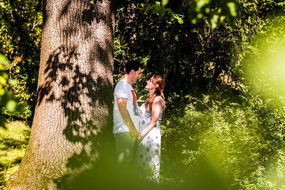 pareja-abrazo-manos-arbol-parque