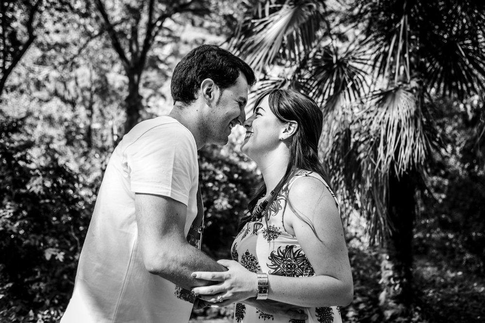 beso-blanco_y_negro-pareja