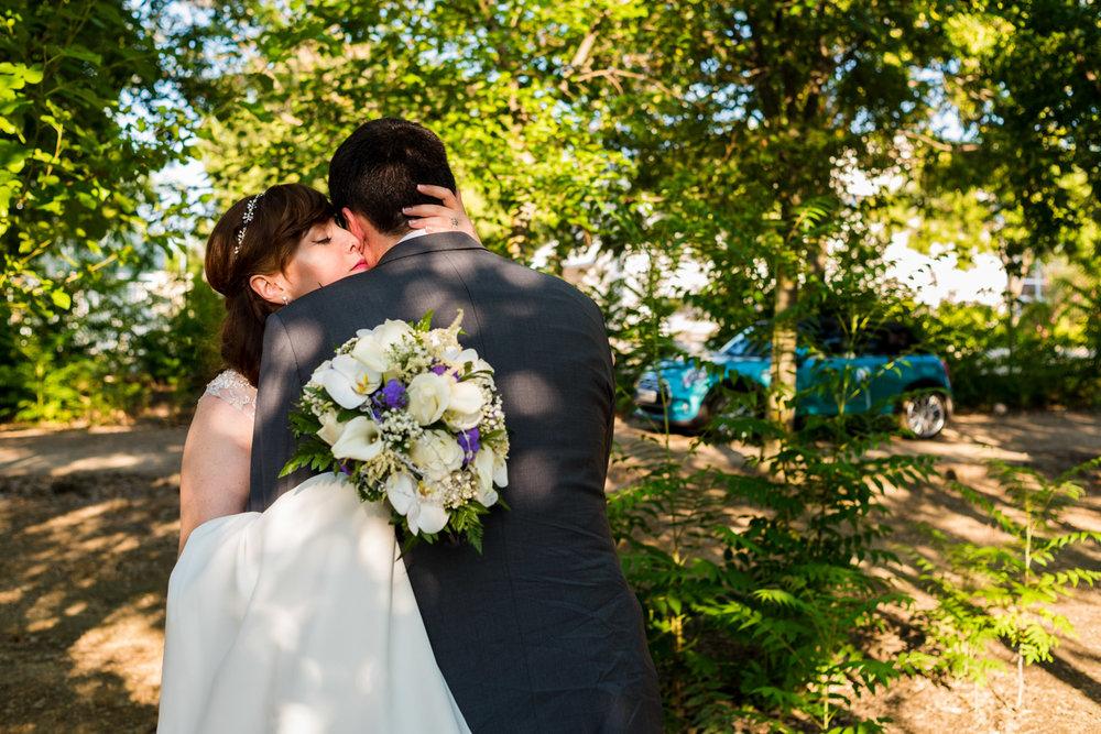 bacio-dolcezza-tenero-sposi-bouquet-parco