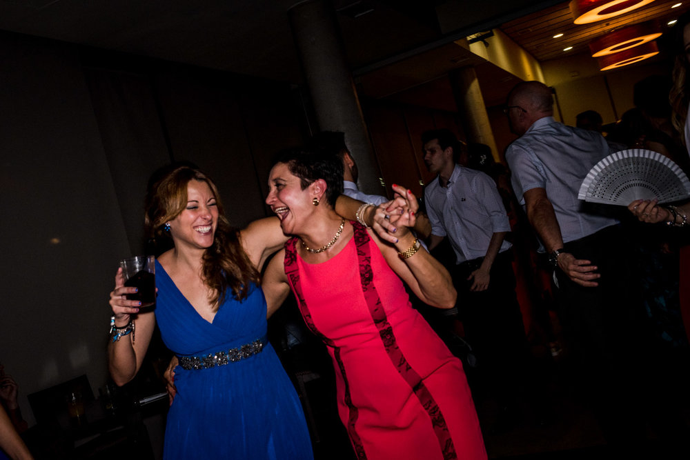 risata-festa-amiche-invitati