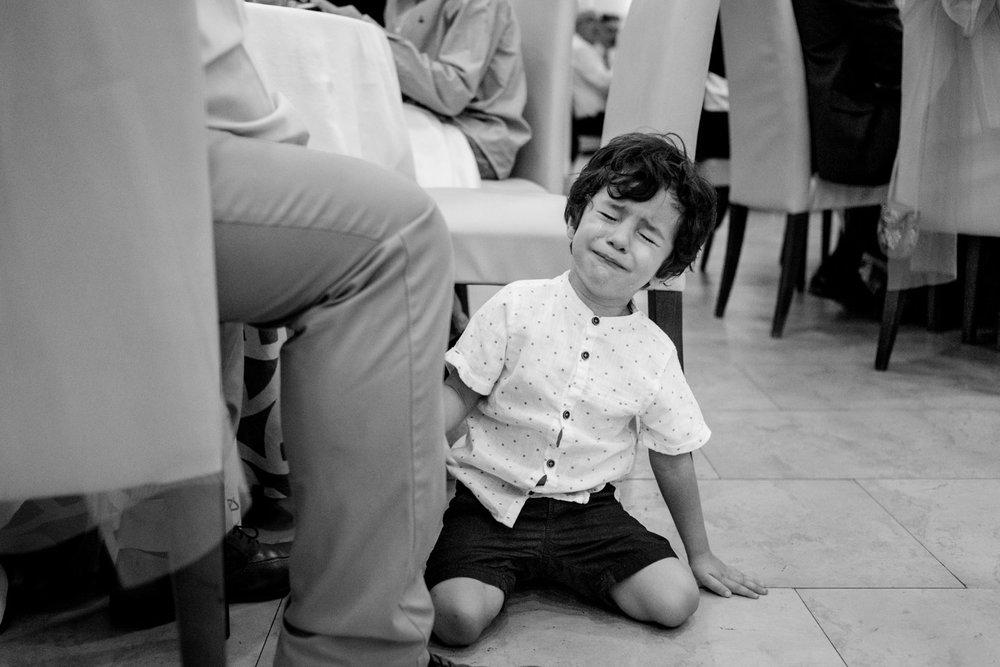 niño-llora-blanco_y_negro