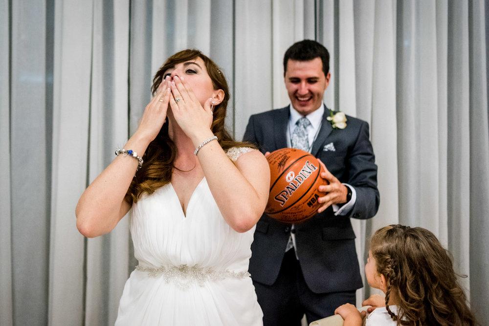 beso-novia-baloncesto-alegria