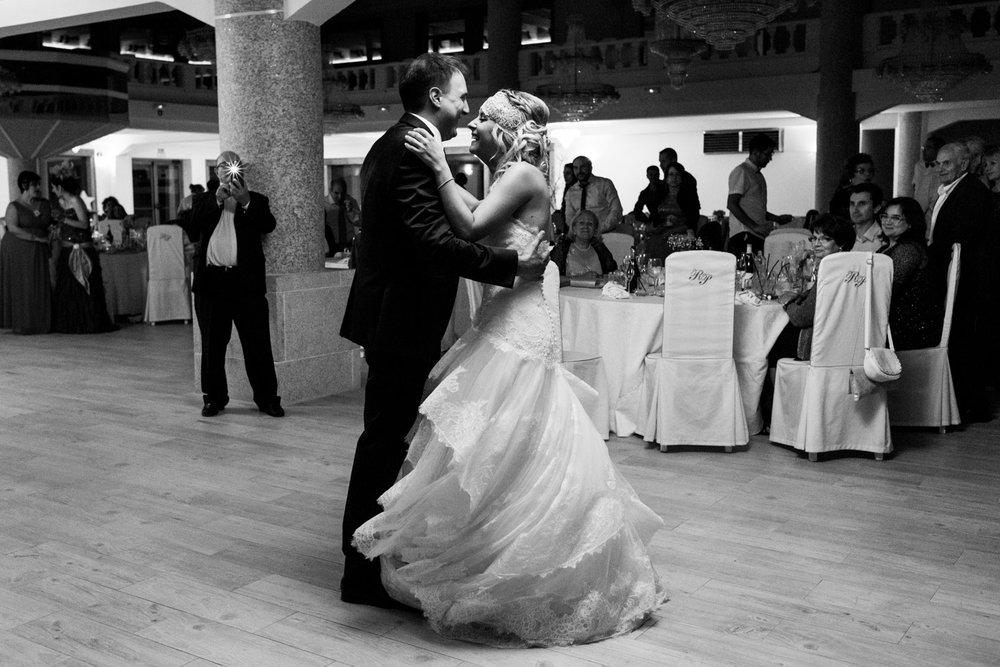 baile-novios-fiesta-blanco_y_negro