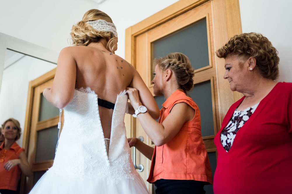 preparativi-sposa-mamma-sorella-vestito