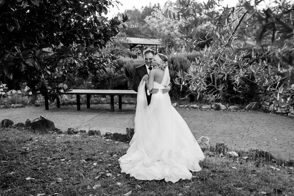 bacio-sposi-giardino-bianco_e_nero