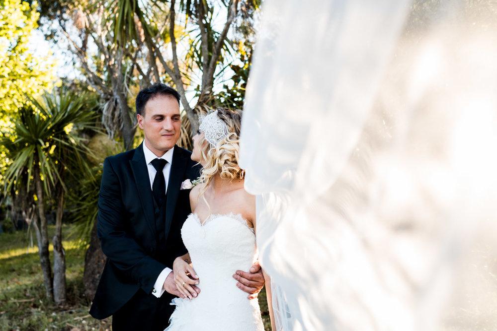 velo-sguardo-amore-sposi