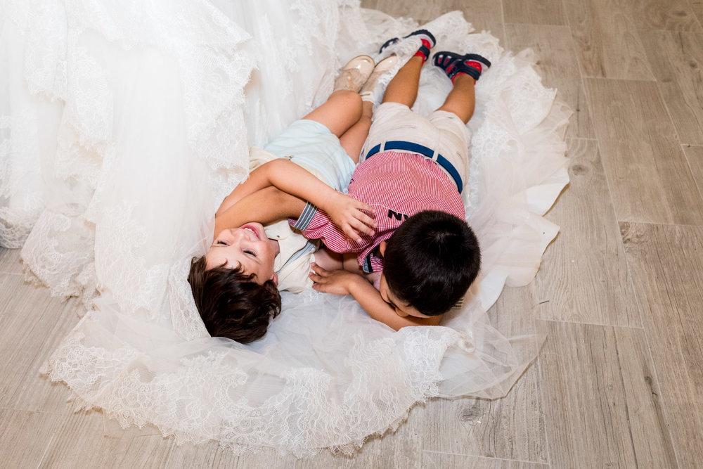 bambini-risata-vestito-gioco