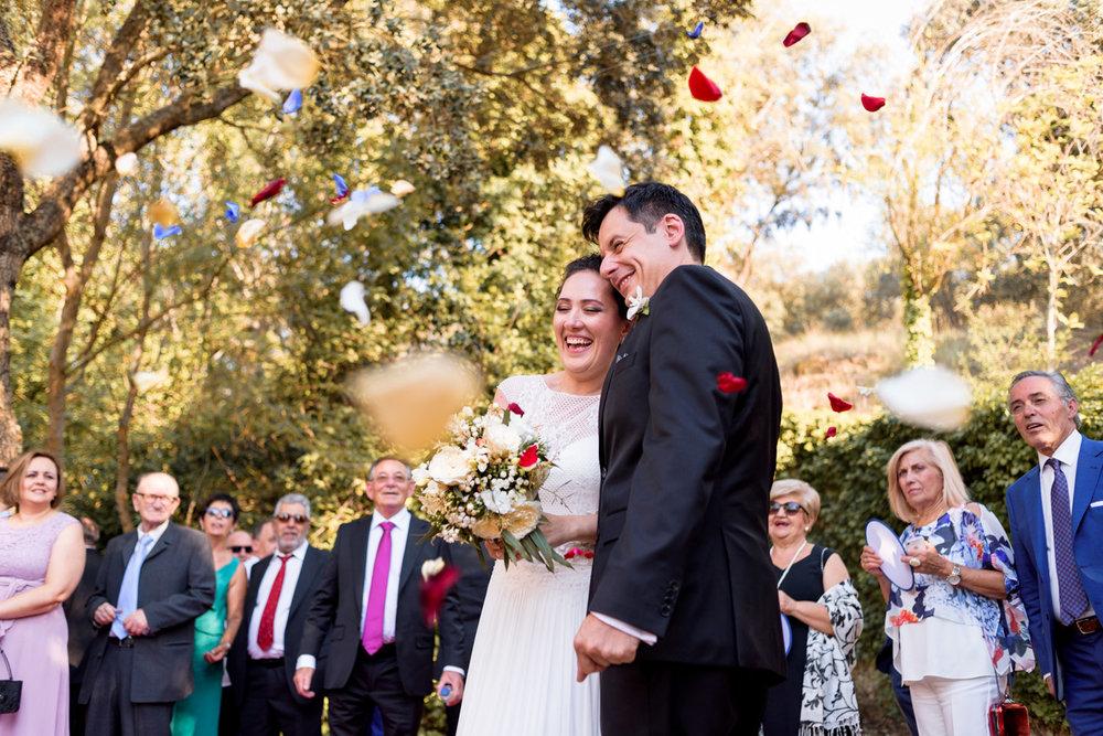 novios-petalos-flores-felices-casados