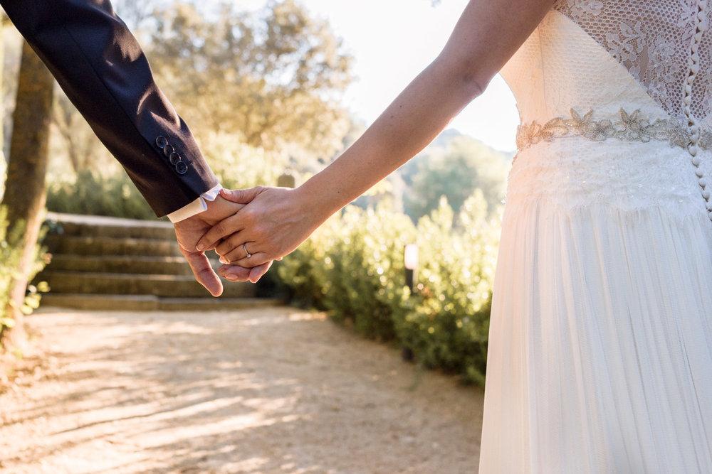 manos-juntos-novios-paseo