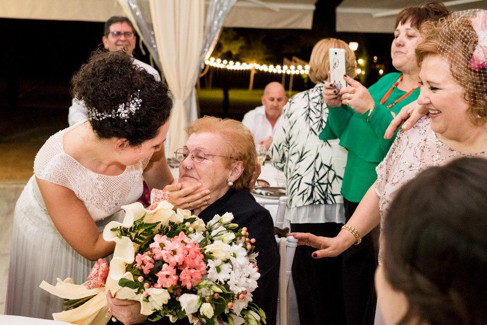 bacio-sposa-nonna-fiori-lacrime_di_gioia
