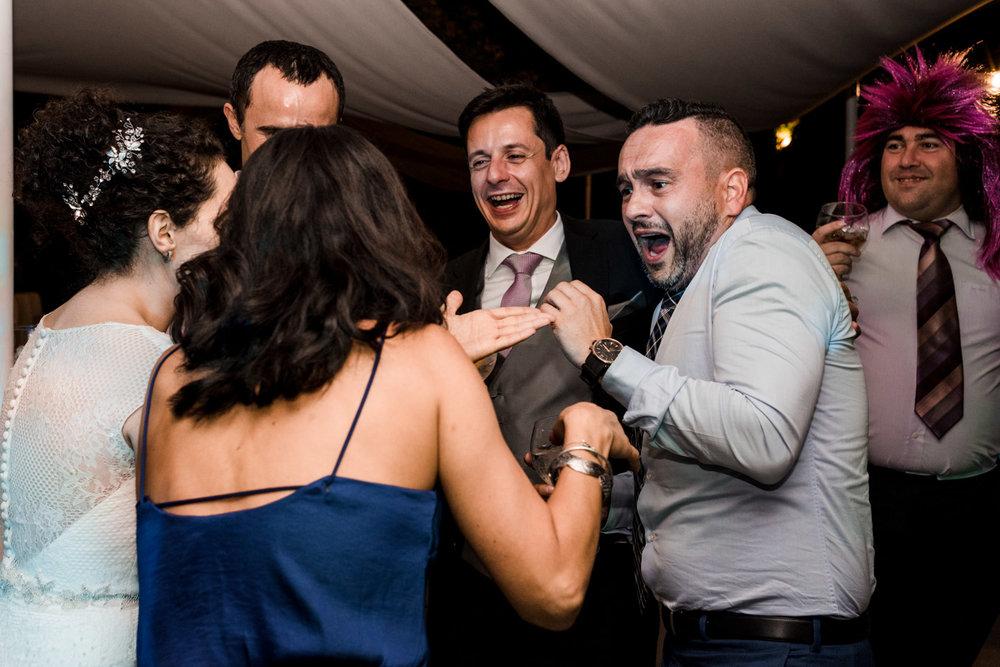 risata-sposo-amici-divertimento