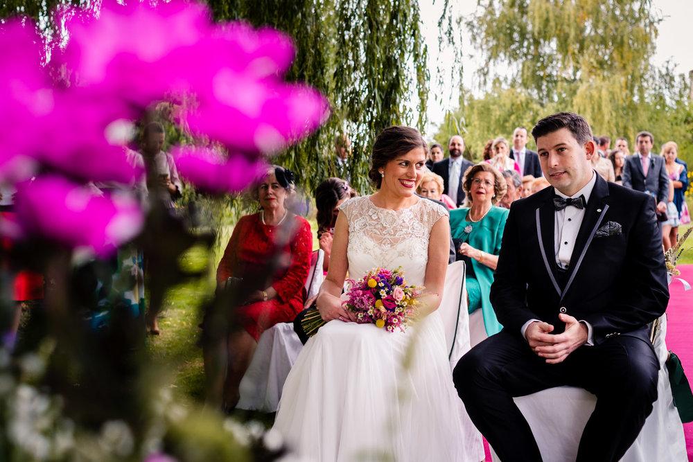 momento-de-la-ceremonia-miradas-complices-amor-novios-jardin-sauce