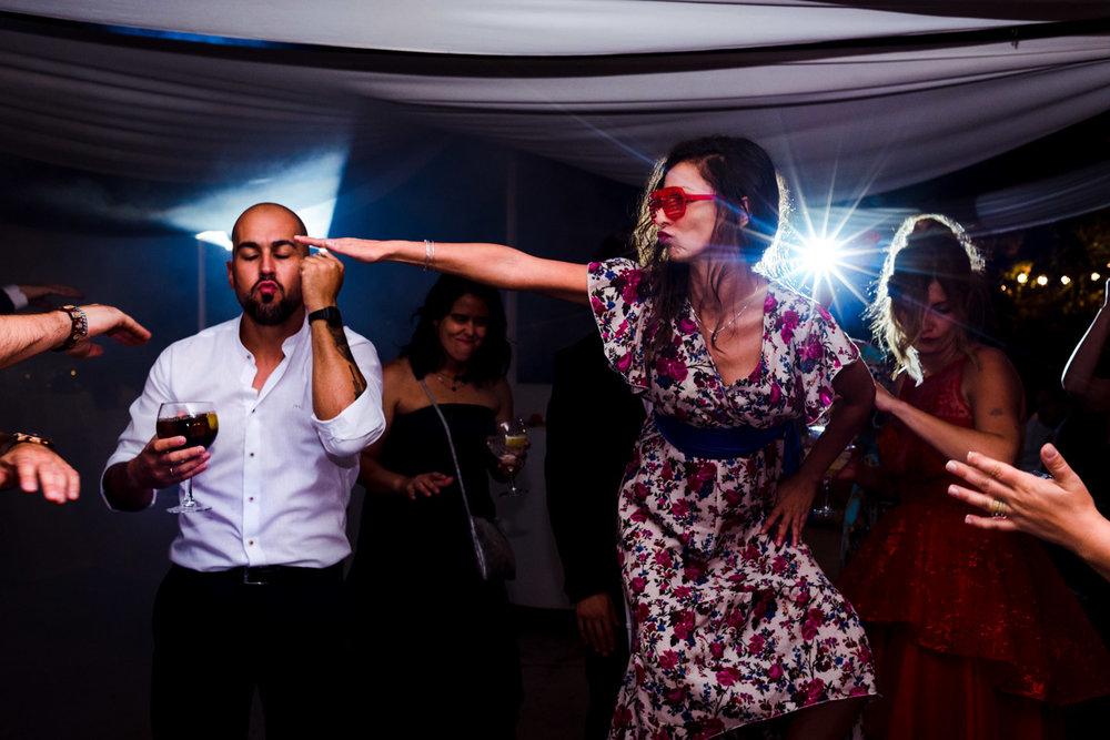 amigos-que-lo-dan-todo-bailando-disfrutando-pasandolo-bien