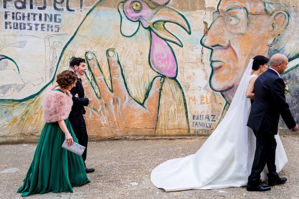 andando-por-el-pueblo-de-casa-de-la-novia-a-la-iglesia-novios-acompañados-por-los-padrinos-graffiti-llamativo