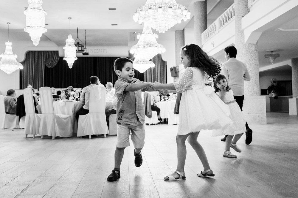 fotografia-bianco_e_nero-bambini-giocano-divertirsi-ridere