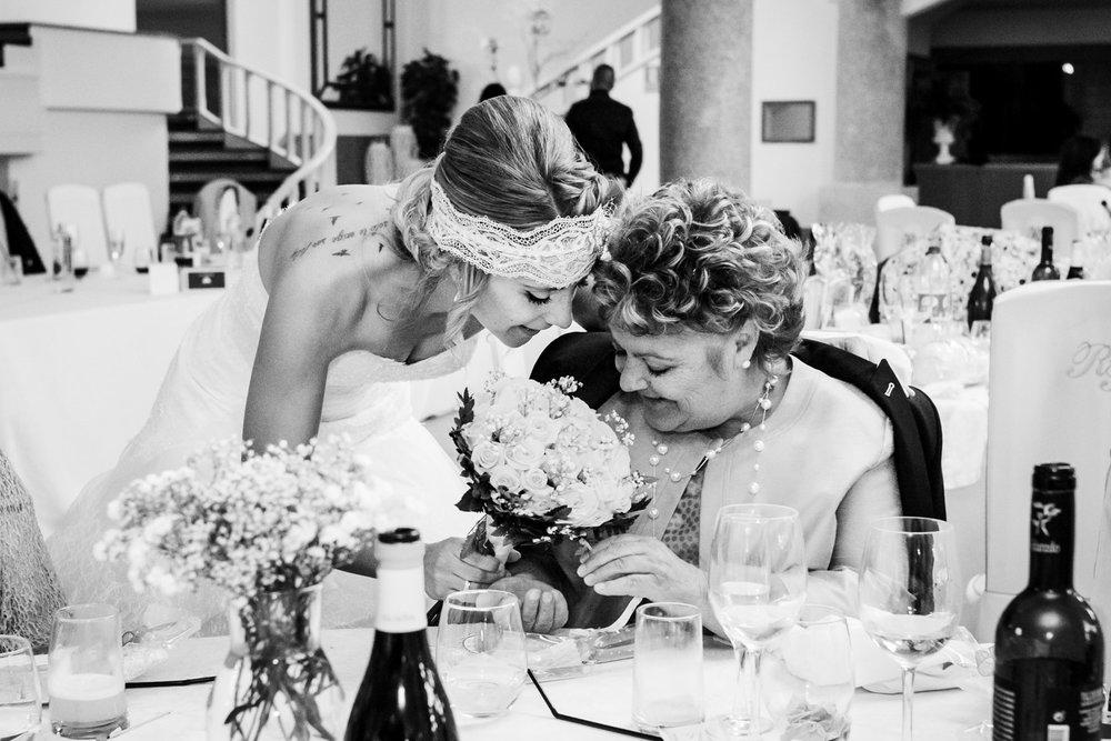 tenerezza-amore-dolcezza-della-sposa-con-la-mamma-fotografia-bianco_e_nero