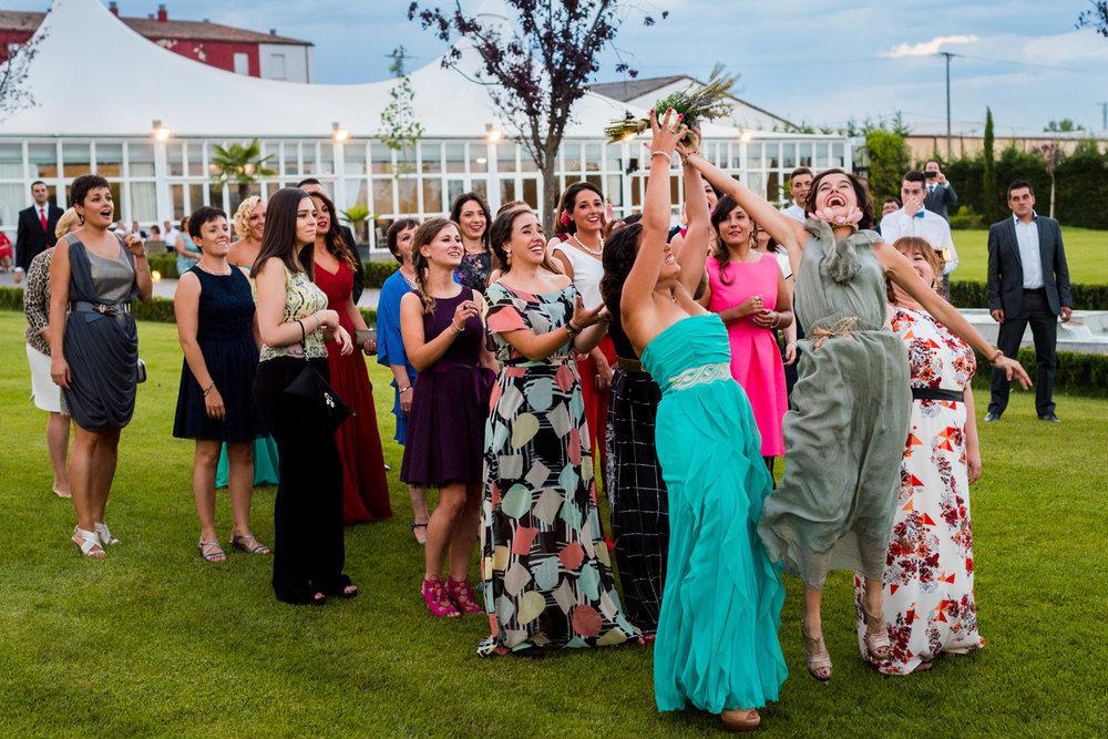 fotografia-amiche-della-sposa-prendendo-il-bouquet-felcità-allegria