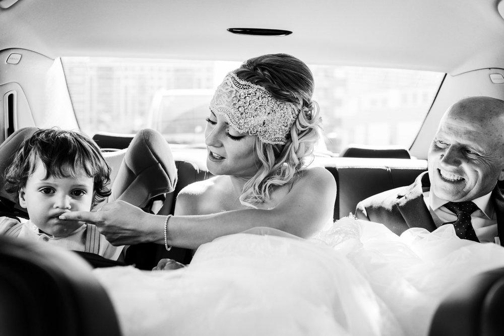 fotografia-bianco_e_nero-sposa-figlio-padre-in-macchina-verso-la-cerimonia