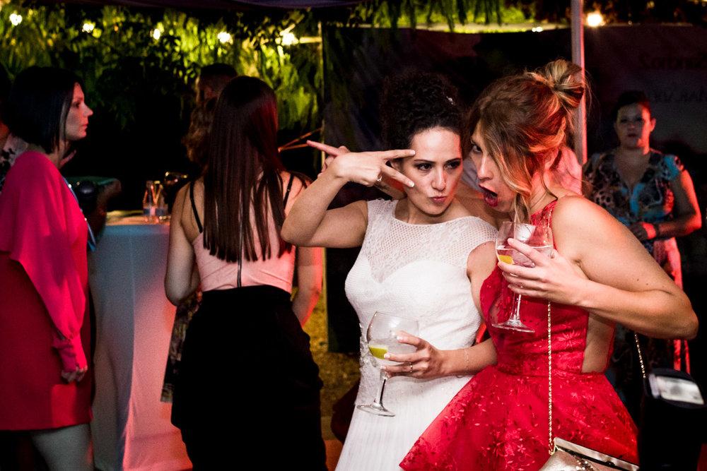 gesto-simpatico-sposa-amica-ballando-durante-la-festa