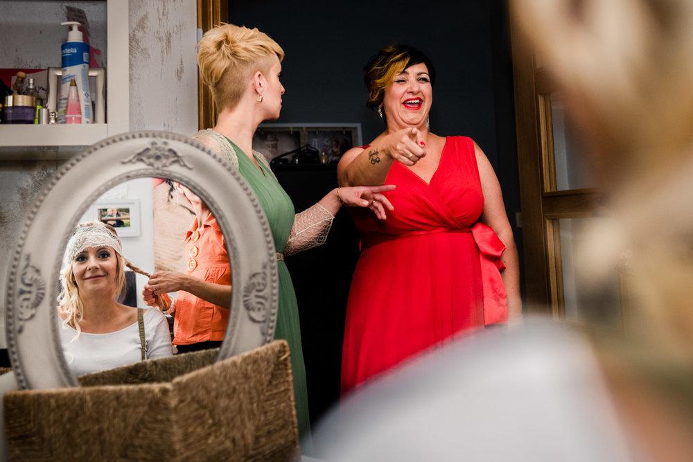 fotografia-momento-divertente-in-casa-della-sposa-con-amiche-risate-allegria