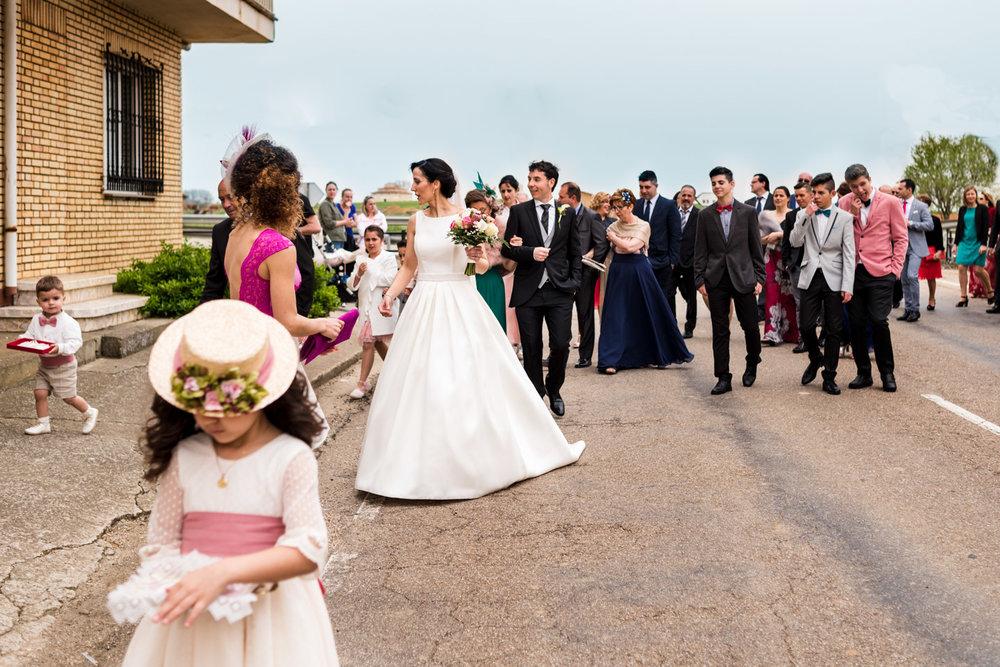 gli sposi e gli invitati percorrono a piedi il paese fino alla chiesa