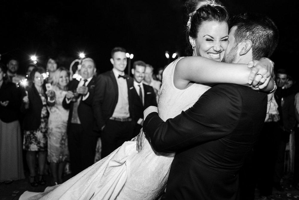 abbraccio tenero e felice durante il primo ballo degli sposi durante la festa di matrimonio