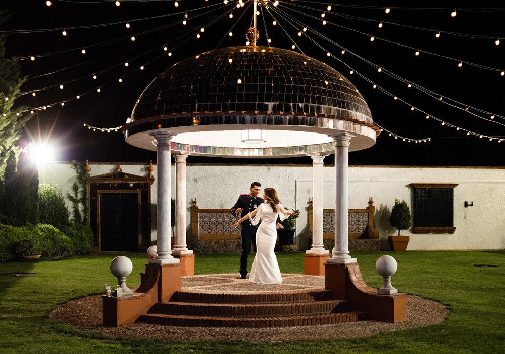 magia e bellezza nel giardino illuminato durante un momento intimo degli sposi