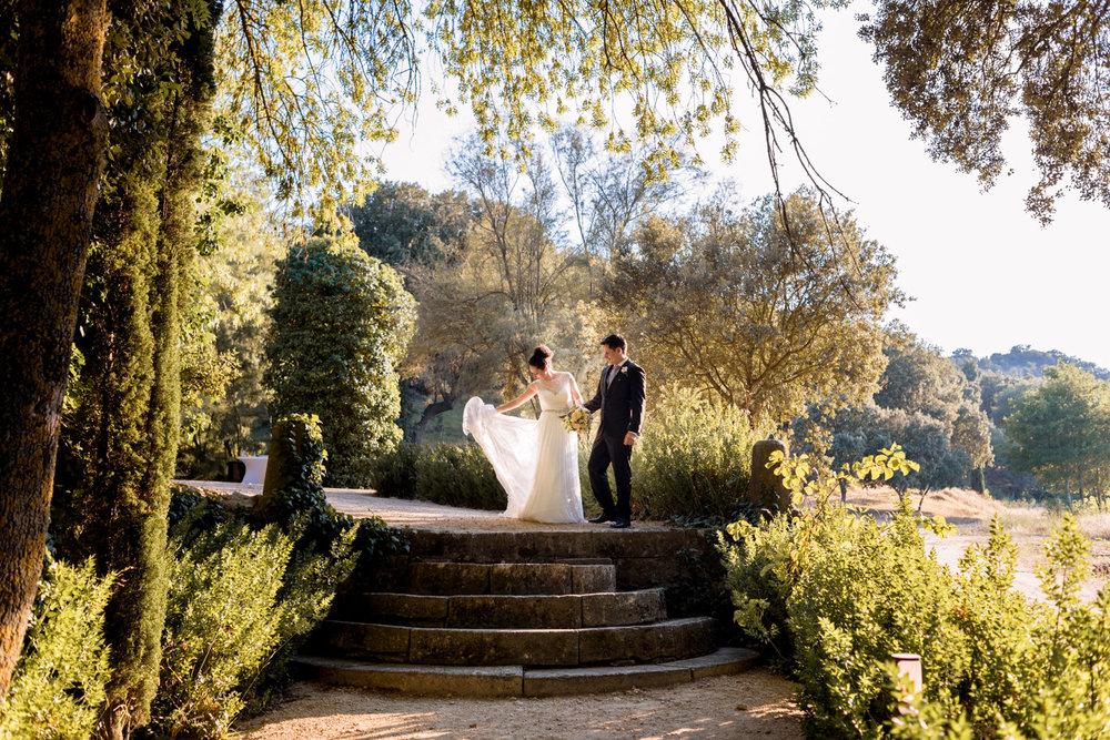 gli sposi colti in un momento romantico e tenero nel giardino dell'agriturismo