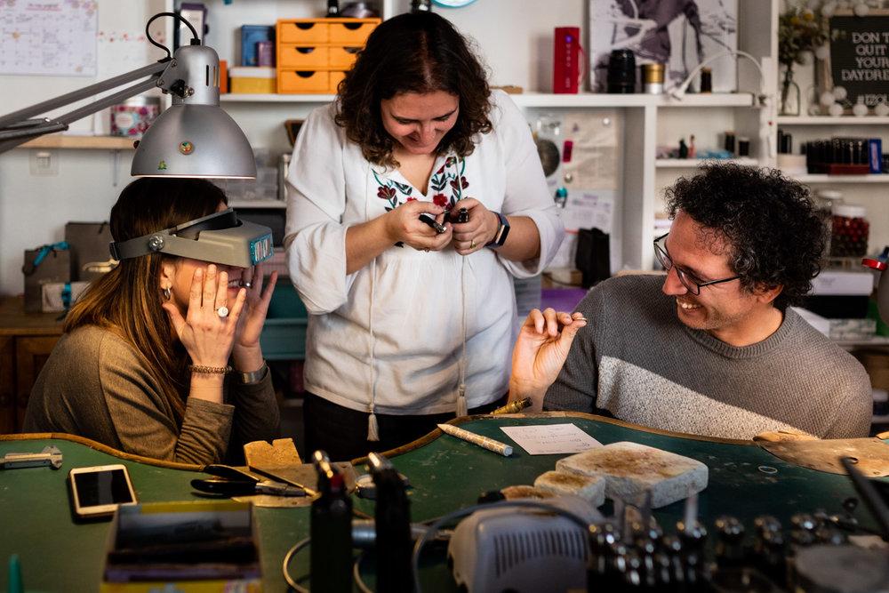 risas y alegría en el taller de alianzas diy