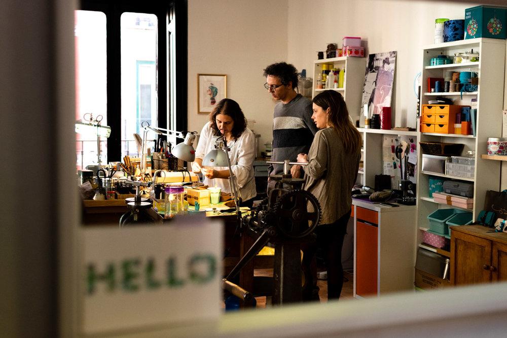La pareja empieza el taller de alianzas DIY