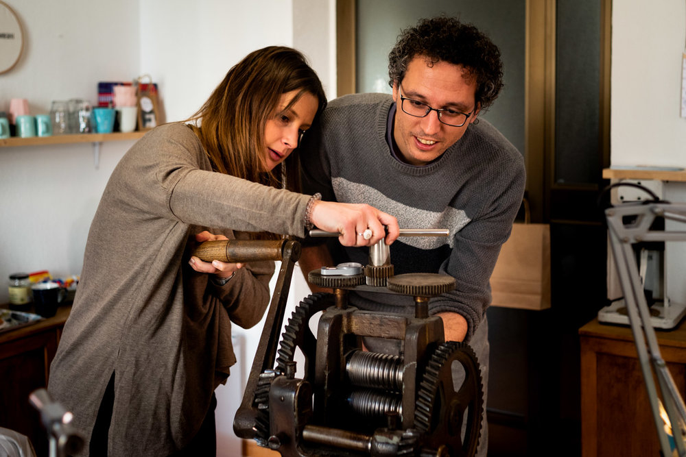 i fidanzati utilizzano un macchinario per lavorare l'oro