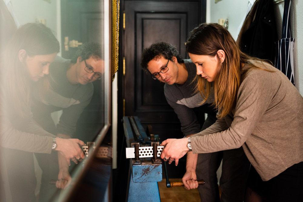 i fidanzati utilizzano un macchinario per appianare l'oro dei loro anelli