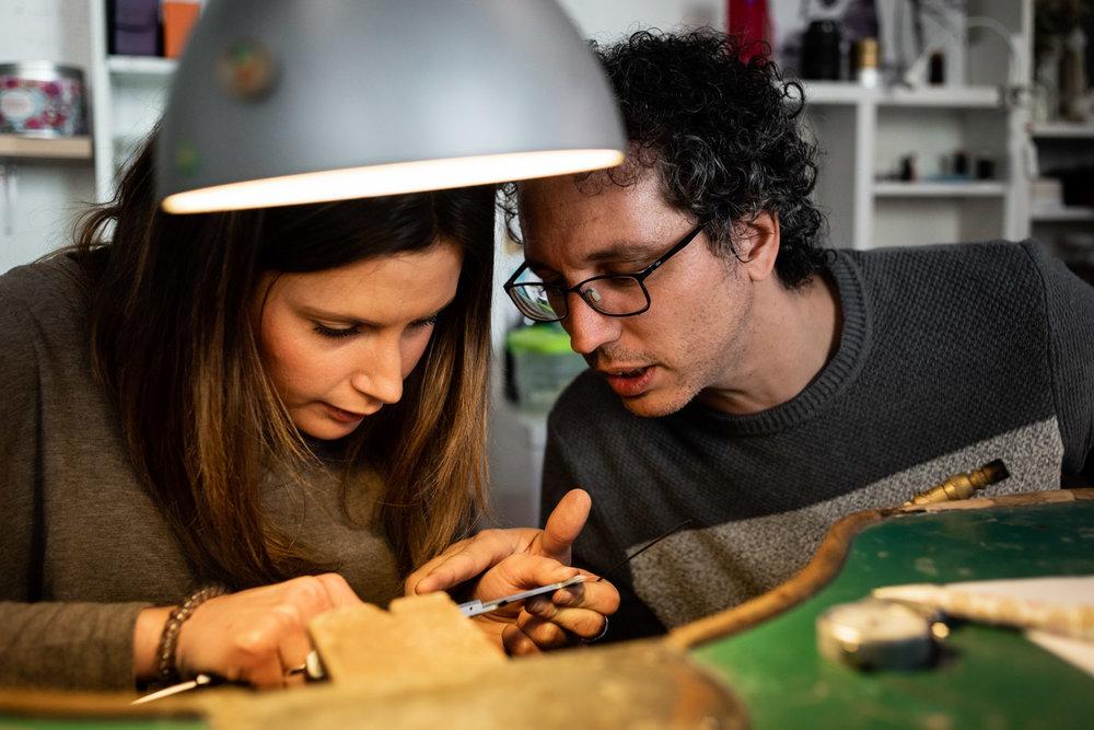 la coppia lavora insieme per limare gli anelli
