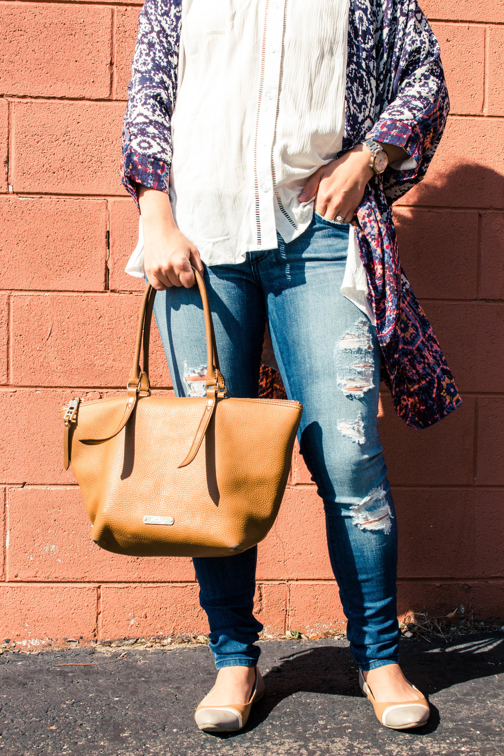 kimono & denim, pink blush, abstract kimono, long cardigan, spring looks, white blouse, ripped skinny jeans, skinny jeans and flats, nude flats, the perfect brown leather bag, brown leather purse,