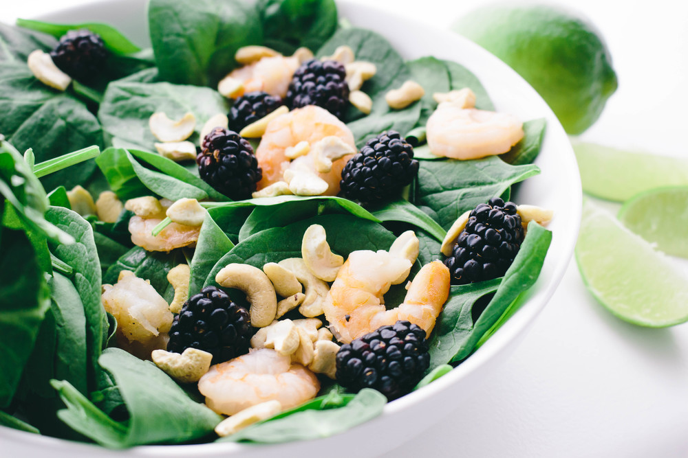 coconut shrimp salad with cashews and blackberries, coconut shrimp salad, healthy food choices, salad ideas, coconut shrimp, cashews, spinach, blackberries, quick salad ideas, coconut oil, lime juice,
