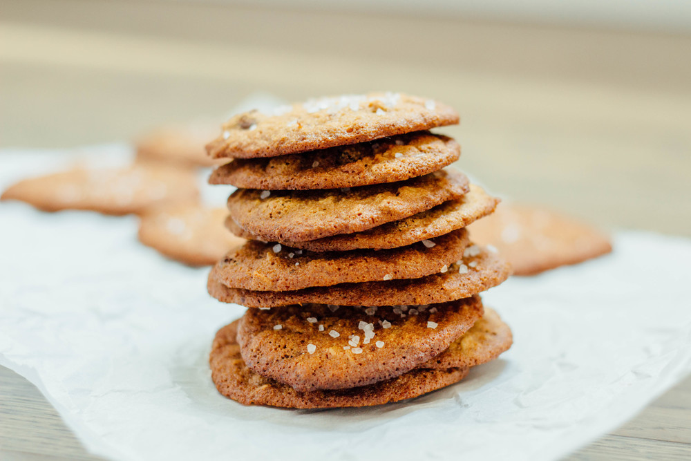 Oatmeal chocolate chip cookies with sea salt, oatmeal cookies, how to make oatmeal chocolate chip cookies, oatmeal cookie recipe, salty snacks, cinnamon, agave nectar, maple syrup, chocolate chips, oats, sea salt, all natural sugars, how to bake with all natural sugars,