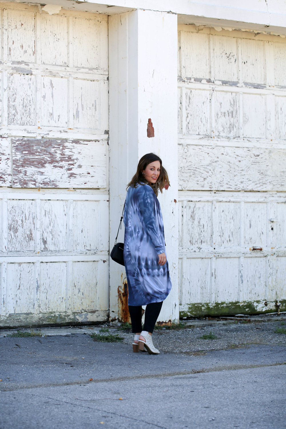 blue fall tie die outfit, brightlytwisted, long cardigan, statement cardigan, dip dye, how to wear tie dye, wearing long cardigans, layering for fall, nude booties, outfit of the day, little black bag,