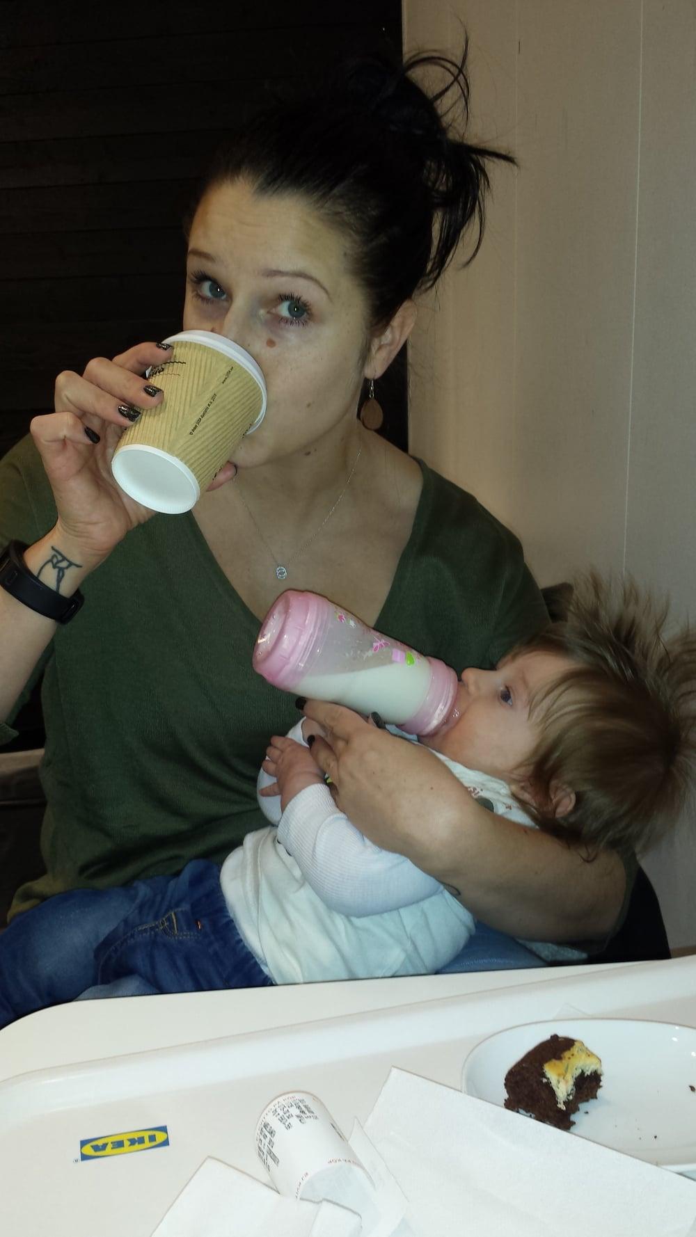 Snabbfika på Ikea. Lägg gärna märke till vilka multitasking mama-skills jag har lagt till med.