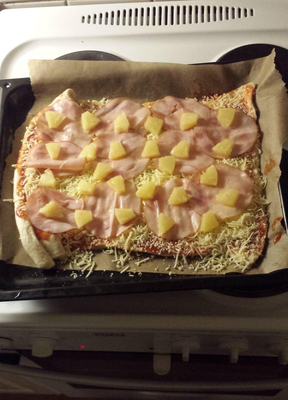 Pizzakit till middag. Tillaging och garnering utförd av Jimmy. Viss förbättring har skett sen hans tillagning av minipizzor på nyår.