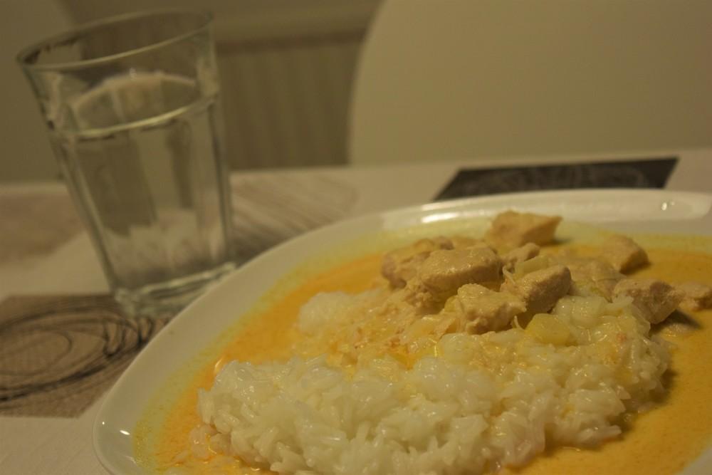 Ris och kyckling med röd curry och purjolök till den kolhydratstinna karlsloken i familjen.