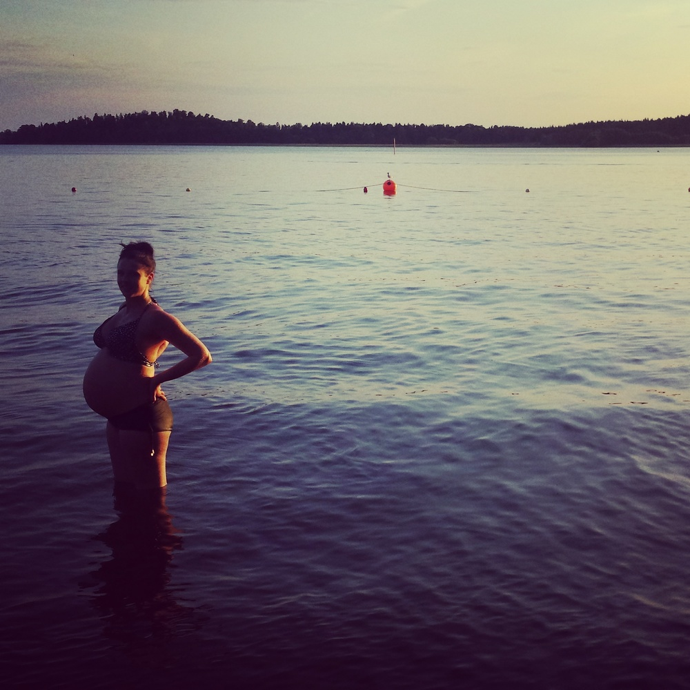 ... och sommaren med ett kvällsdopp i vecka 37. Molly badade i mig och jag i sjön. Cirkeln är sluten, tänkte jag och orsakade en svallvåg eller två.