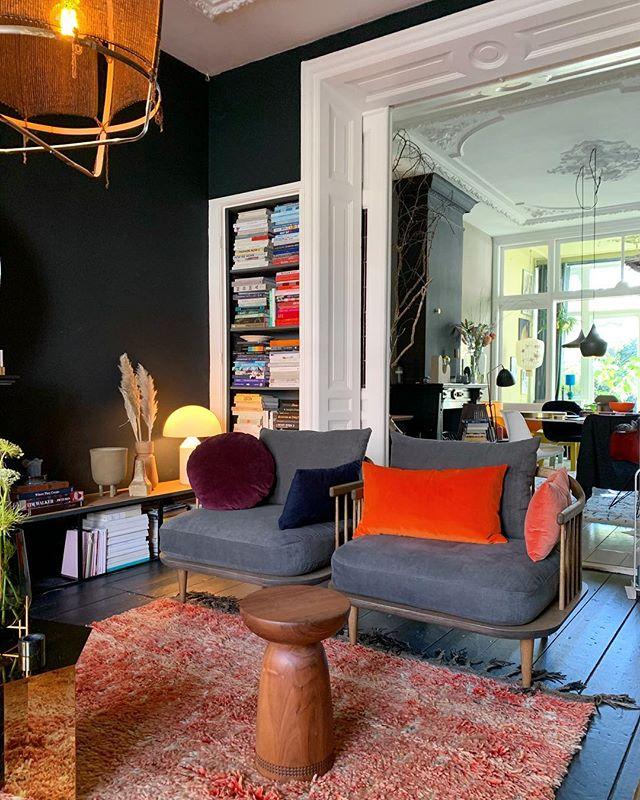 Vanavond even relaxt en dollen met Flip onze leen-teckel 😃😃 Zo leuk!! Jullie een fijne dag gehad en leuke plannen? Hier vanavond relaxt in deze stoel ✌️ Happy eve lieve allemaal!