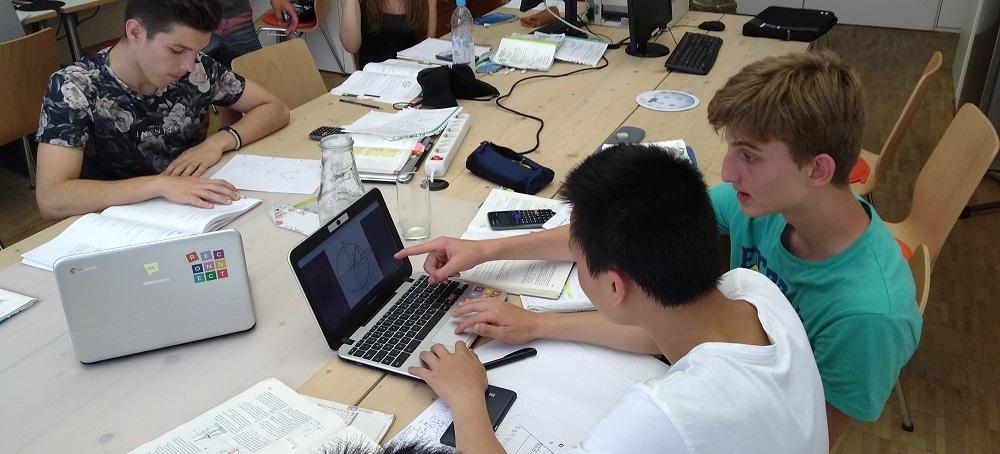 In den Serlo Lab Schools unterstützen Lernbegleiter Schüler beim Recherchieren.