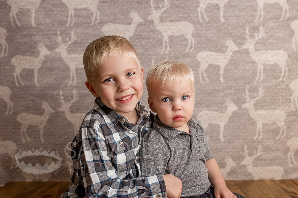 Sibling picture Fargo ND child photographer Janna Sagvold Photography