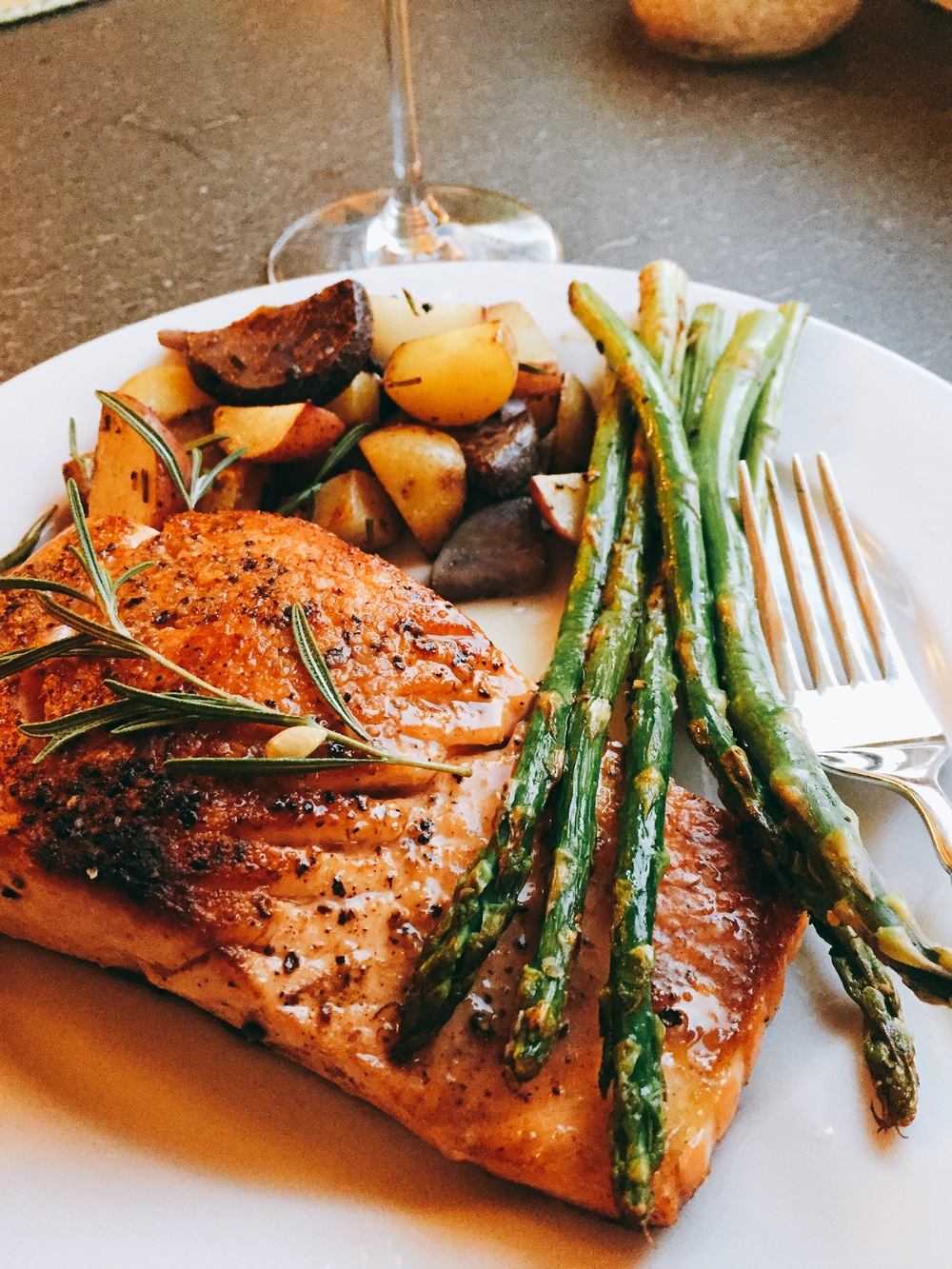 Grilled wild salmon with asparagus and roasted potatoes for Fish and asparagus