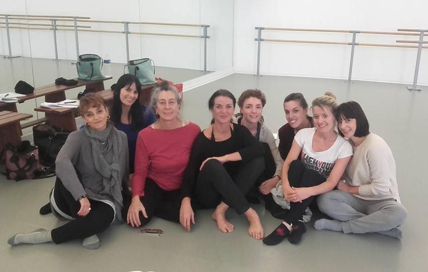 Marina ROCCO (en rouge) entourée par les professeurs de l'ESDCM Barbara ELIA à gauche, Dominique LARIN à droite et les élèves en formation.