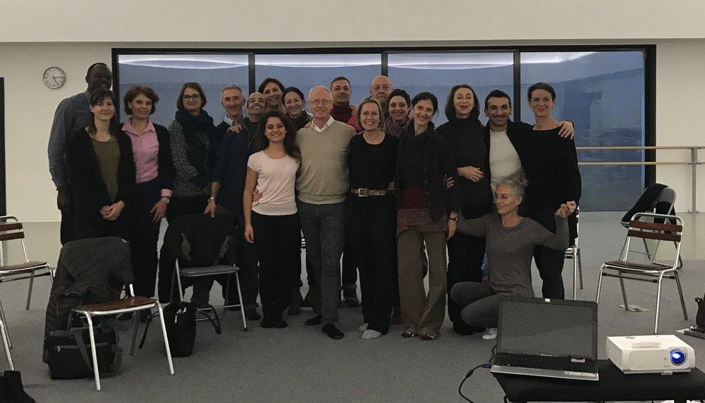 Au centre de la photo: Chloé SaumadePeter Lewton, Dr Emma Ridding et Paola Cantalupo entourés des praticiens, professeurs de danse et membres de l'ESDCM.