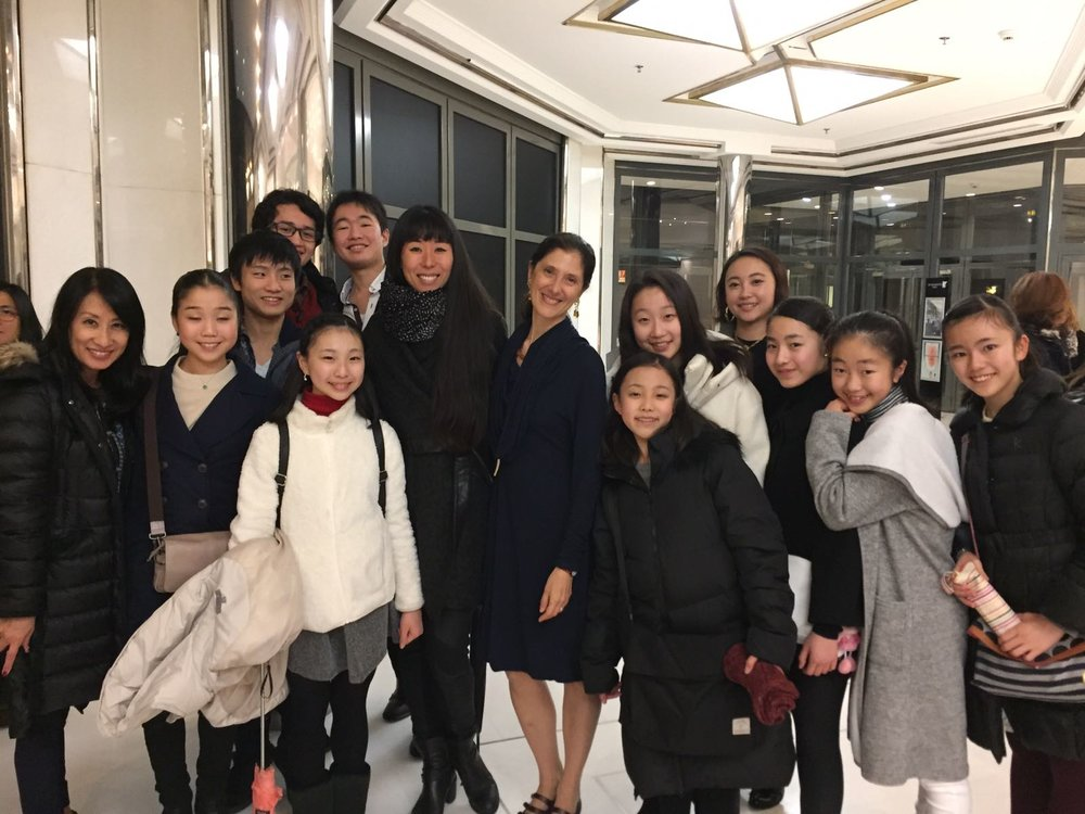 Paola cantalupo, Haruko Kawanishi, Mimoza koike et Sara Shimada -ancienne élève du CJB- entouré des élèves.