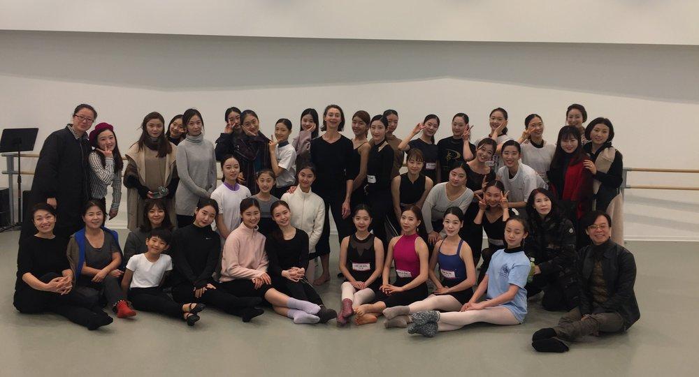 Stephane Flechet, professeur de contemporain entourée du groupe du Seoul Ballet Theatre.